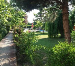 A garden outside Oázis Wellness Panzio