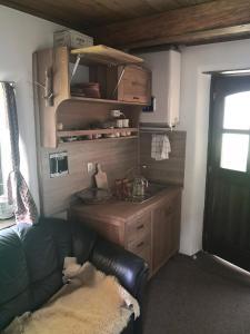 Kuhinja oz. manjša kuhinja v nastanitvi Pastirski stan