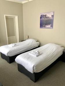 A bed or beds in a room at Hotel Grandcafe De Doelen