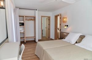 Un ou plusieurs lits dans un hébergement de l'établissement Apartamentos Sabina Playa