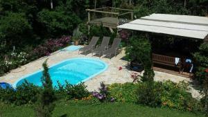 Uma vista da piscina em Sítio Montanha das Brumas ou nos arredores