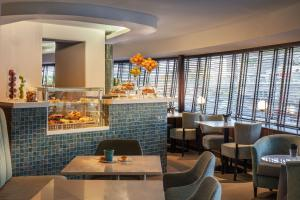 A restaurant or other place to eat at Tivoli Oriente Hotel
