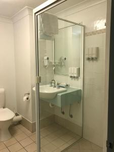 A bathroom at Bay Village Tropical Retreat & Apartments