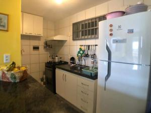 A kitchen or kitchenette at Apartamento Mobiliado Vila Iracema