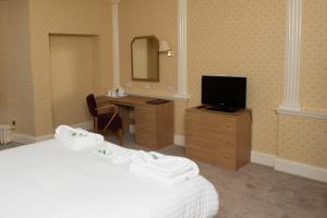 A bed or beds in a room at Seabank Hotel