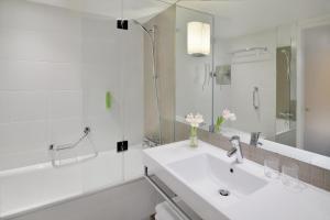 Salle de bains dans l'établissement Mövenpick Hotel Amsterdam City Centre