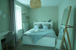 A bed or beds in a room at Au-delà du Bojador