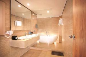 A bathroom at Harper Kuta Hotel by ASTON
