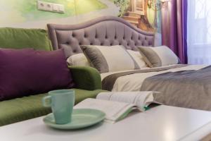 Кровать или кровати в номере Волшебные апартаменты Чеширский Кот