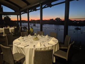 A restaurant or other place to eat at Burnett Riverside Hotel