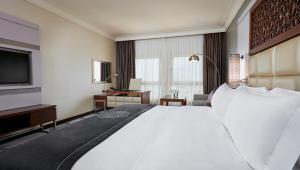 سرير أو أسرّة في غرفة في فندق انتركونتيننتال الدوحة