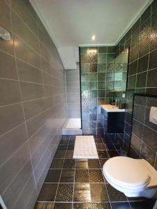 Een badkamer bij de Hoeksche Loods B&B
