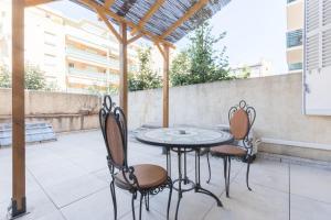 A balcony or terrace at Bain de soleil - Terrasse - Clim-Wifi-Netflix - Gare SNCF-Centre-Ville