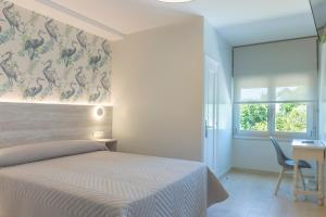 A bed or beds in a room at Hotel Leal - La Sirena
