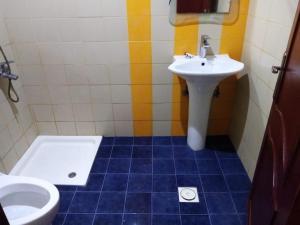 Um banheiro em ديم للغرف الفندقيه الخبر شارع العشرين فوق مطعم بيتزاهت