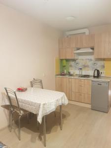 Кухня или мини-кухня в Narvskiy Posad Apartment