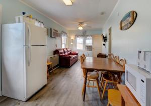 A kitchen or kitchenette at Biarritz Motel & Suites