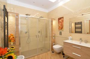 A bathroom at CASERTA DELUXE BIS