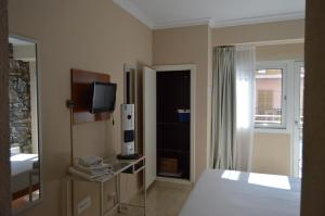 A television and/or entertainment centre at Hostal Mar del Plata