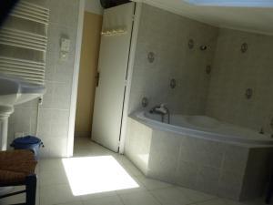 A bathroom at Jean-Claude T Pérols