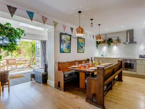 A restaurant or other place to eat at Yew Tree House