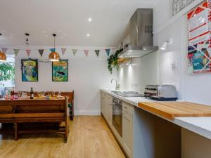 A kitchen or kitchenette at Yew Tree House