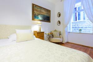 A bed or beds in a room at Guest House Flores