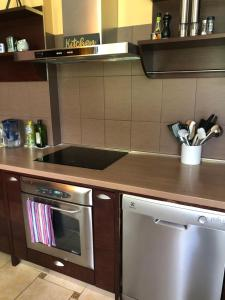 Кухня или мини-кухня в Seven Sisters