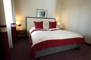 Ein Bett oder Betten in einem Zimmer der Unterkunft Seehotel Rust