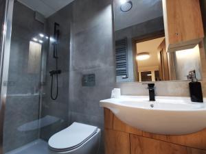 Łazienka w obiekcie Przystań Letnica Apartamenty 700m plaża