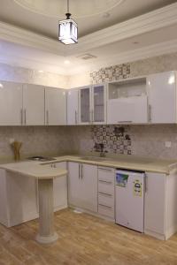 A cozinha ou cozinha compacta de Al Safwah Al Asriyah Furnished Units