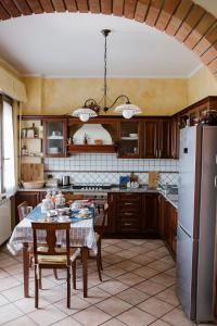 A kitchen or kitchenette at la casetta del tesoro