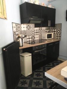 A kitchen or kitchenette at Alice et Marie au Pays du Louvre