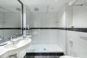 A bathroom at Mercure Hotel Saarbrücken City