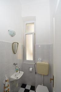 A bathroom at Apartmani Rina