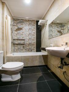A bathroom at Bay Area Suites Manila - Quarantine Hotel