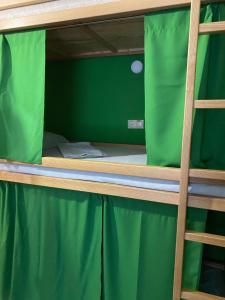 """Łóżko lub łóżka piętrowe w pokoju w obiekcie VIP """"Hostel OK Hotel"""""""