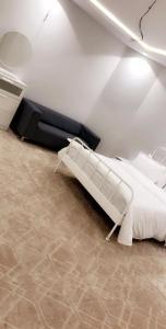 Cama ou camas em um quarto em أجنحة الحسام