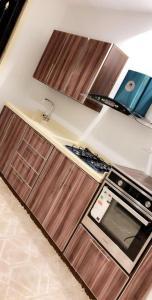 A cozinha ou cozinha compacta de أجنحة الحسام