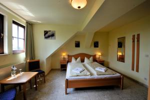 A bed or beds in a room at Hotel Brauhaus Wittenberg