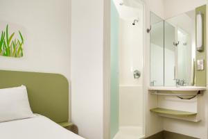 A bathroom at ibis budget Cardiff Centre