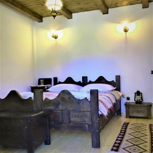 A bed or beds in a room at Casuta din Valea Regilor