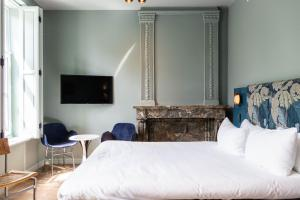 A bed or beds in a room at Hotel Monastère Maastricht