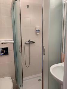 A bathroom at Domek - pokoje w domku na Wyspie Sobieszewskiej.