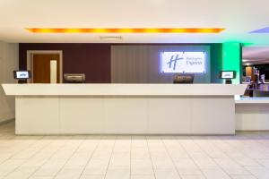 The lobby or reception area at Holiday Inn Express Dunstable, an IHG Hotel