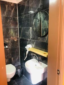 حمام في فندق كاليغون