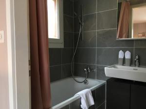 Ein Badezimmer in der Unterkunft BELLEVUE Boutique B&B am Brienzersee / Iseltwald