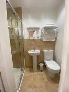 A bathroom at Marlborough Guest House
