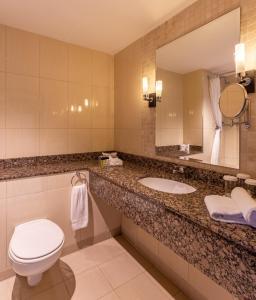 A bathroom at Carlton Hotel Dublin Airport