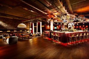 Lounge oder Bar in der Unterkunft pentahotel Berlin Köpenick